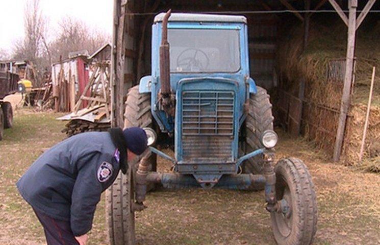 Пока родители собирали сено на огороде: В Черновцах сосед-тракторист переехал 5-летнюю девочку