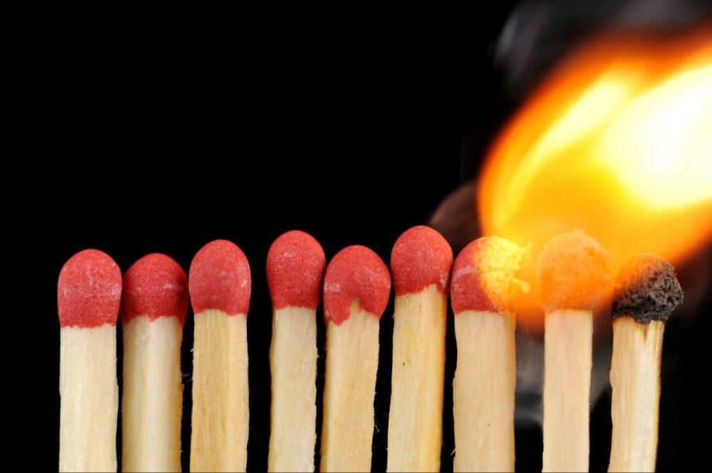 «Я тебя предупреждал»: многодетной вдове добровольца АТО сожгли хозяйство