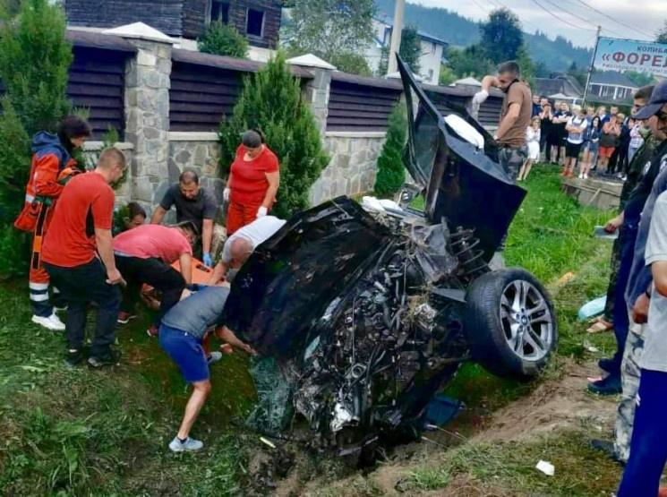 «Двое погибли, двое в тяжелом состоянии»: Жуткая ДТП на Львовщине превратила авто в груду металлолома