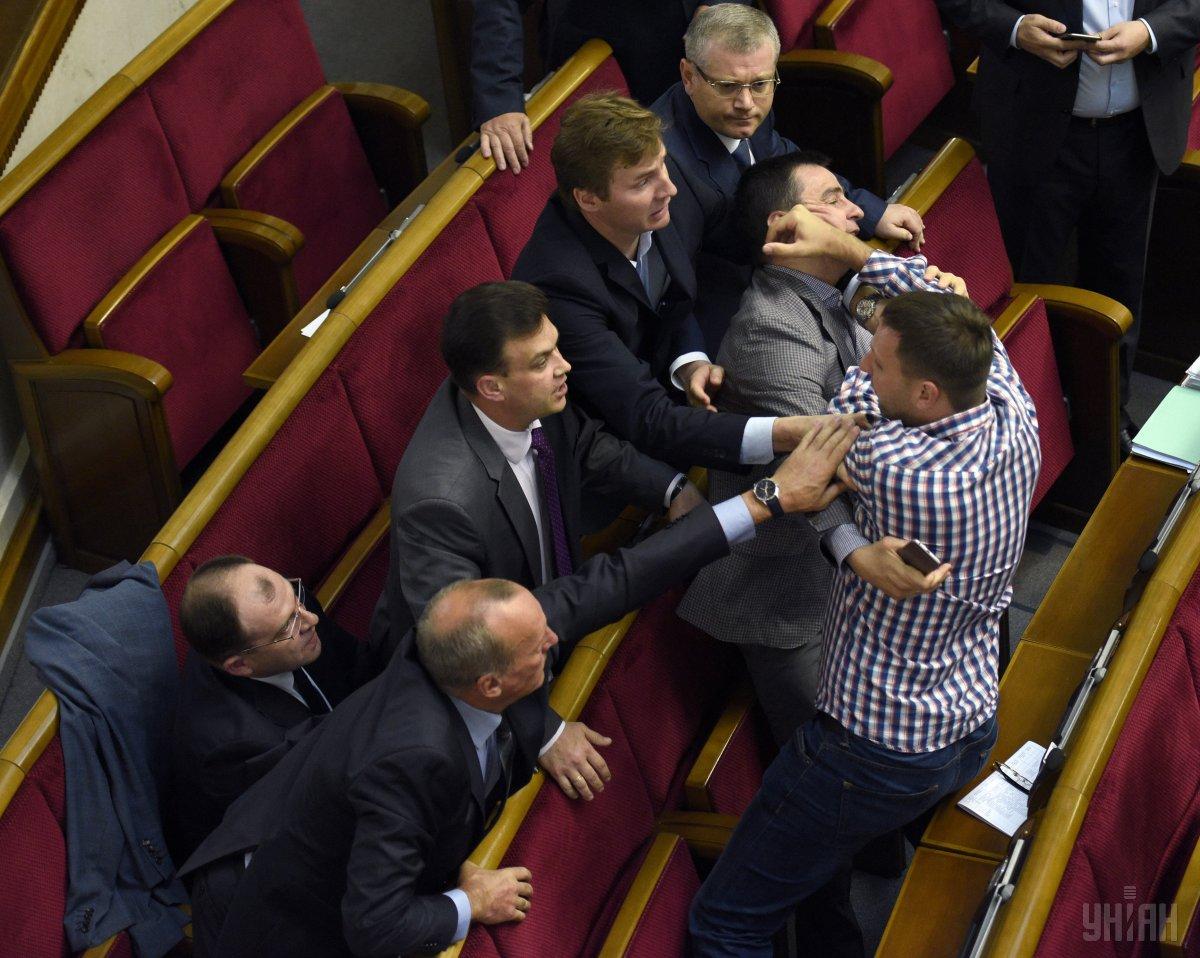 «Мне обидно и противно»: очередное собрание депутатов началось с драки