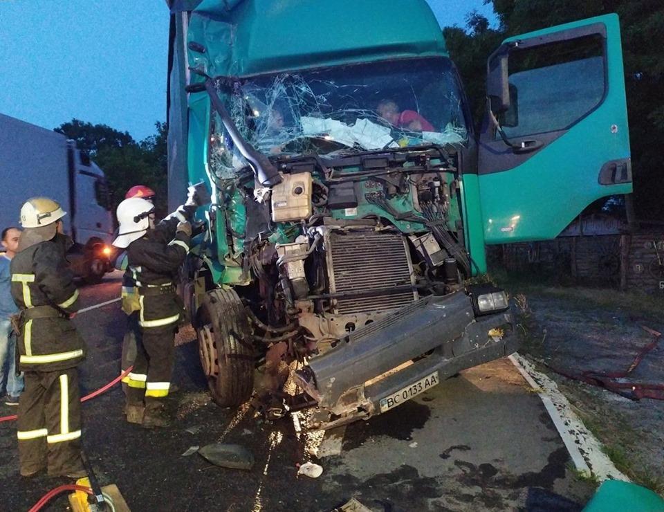 ДТП с грузовиками на Львовщине: 12-летнего мальчика пришлось «вырезать» из смятой Renault Premium