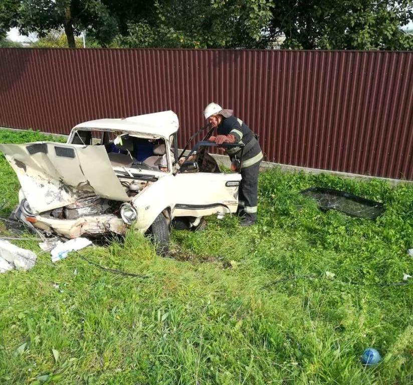Грузовик снес с трассы легковушку с семьей: детали трагедии под Львовом, где погибла 7-летняя девочка
