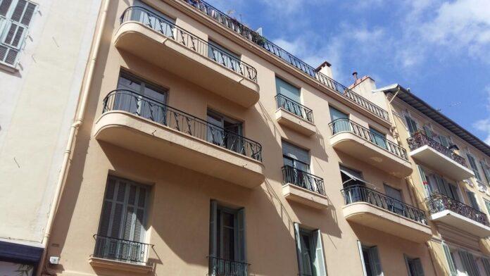 «Потеряли равновесие и упали на асфальт»: Страстная парочка «занялась делом» прямо на балконе