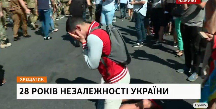 На Майдане Независимости люди становятся на колени перед участниками Марша ветеранов: не сдерживают слез
