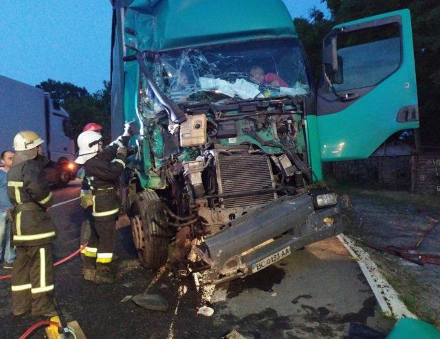 Пришлось вырезать из кабины: страшная авария с грузовиками произошла на Львовщине