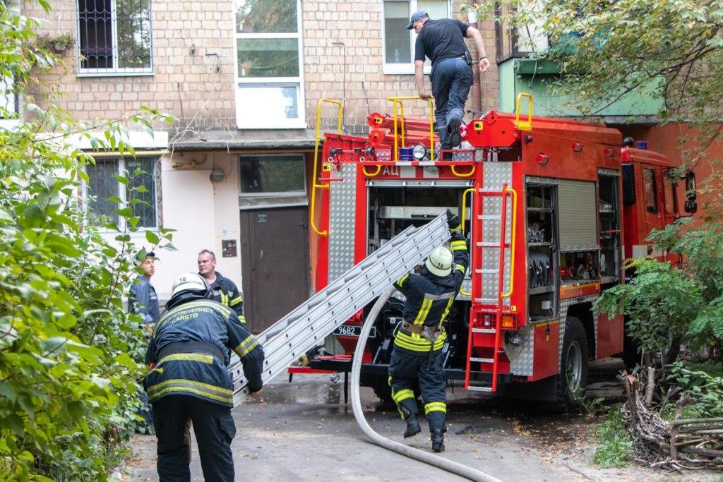 Люди, не думая, прыгали с балкона прямо на дорогу: в Киеве произошел страшный пожар. Есть жертвы