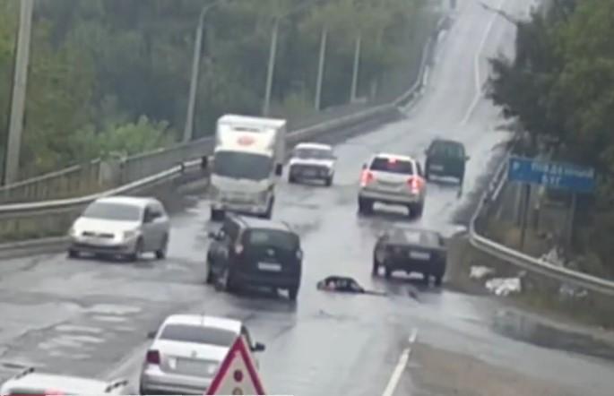 «Все водители просто проезжали мимо» В Виннице женщина умирала на дороге и никто ей не помог