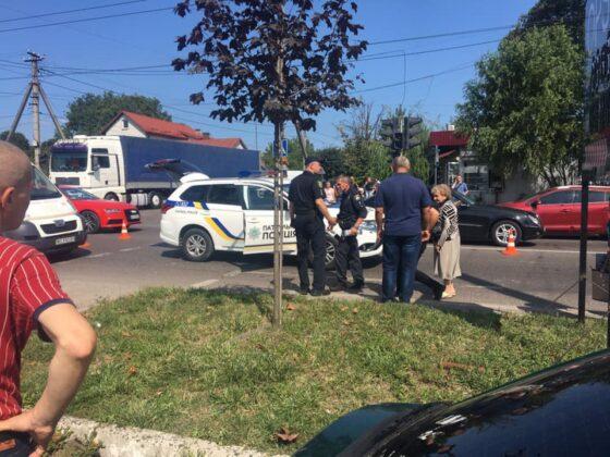 Одних пропустили, других — сбили: Автомобиль патрульных сбил женщин на переходе во Львове