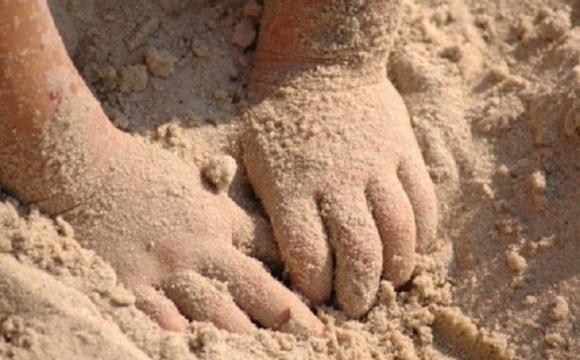 Ужасная трагедия: В Донецкой области 2-летнего ребенка насмерть засыпало песком