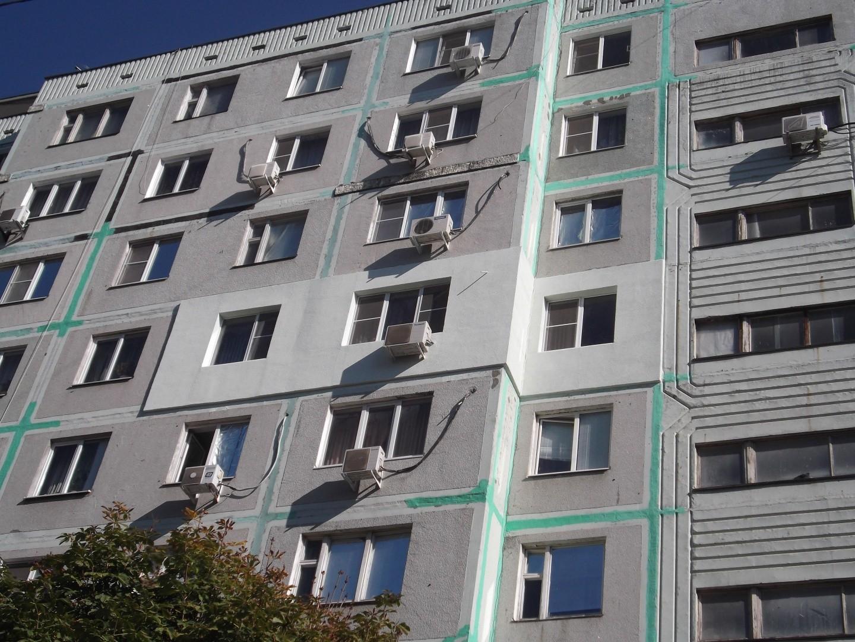 Сломанные кости и травма головы: в Польше мужчина выпрыгнул из окна прямо на украинца. Снял квартиру специально на сутки