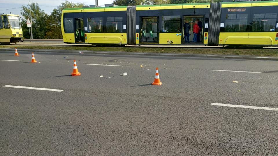 Резко остановить не удалось: Во Львове трамвай сбил мужчину, который в наушниках шел по путям