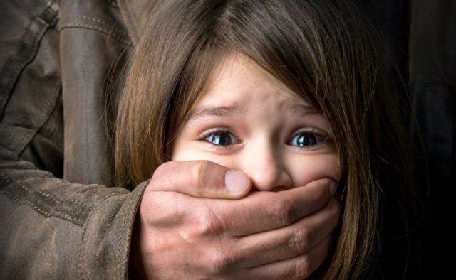 Рыдала и умоляла помочь: Черкасскую область ужаснуло жестокое изнасилование. Мужчина надругался над маленькой падчерицей