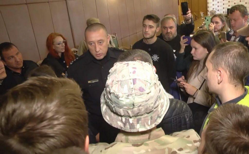 «Позор!»: Во Львове требовали отставки начальника полиции после жестокого избиения протестующих в Сосновке