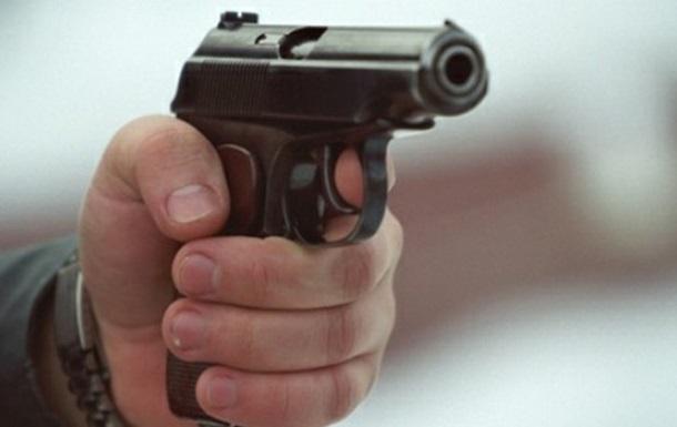 Неадекватный мужчина обстрелял троллейбус с пассажирами в Киеве: два человека ранены