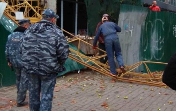 Вслед за Львовом: В центре Киева на пешеходную часть рухнул строительный кран
