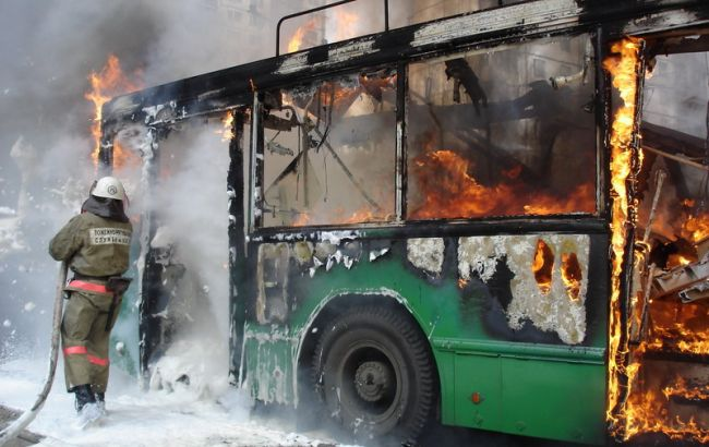 Людей эвакуировали из окон: В Житомире горел троллейбус с пассажирами внутри