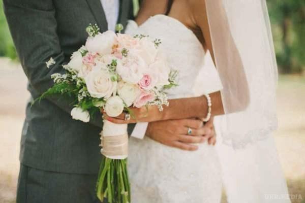 «Ему 24, а ей — 81»: В Винницкой области парень женился на своей бабушке. Это любовь?