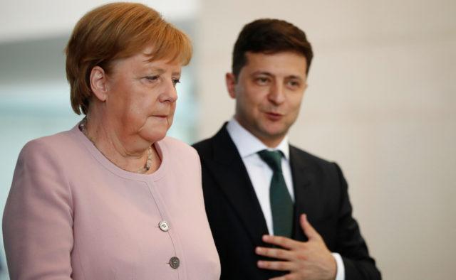 После визита Зеленского стало хуже: Меркель больше не может терпеть приступы, новые тревожные кадры
