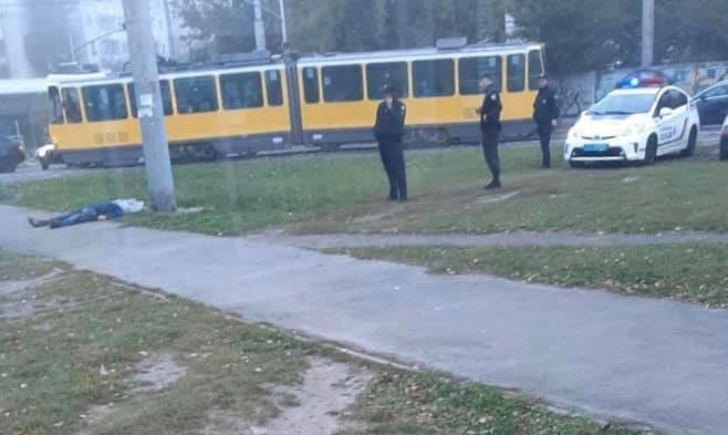 Лежал прямо на тротуаре: во Львове на конечной остановке трамвая нашли труп молодого мужчины