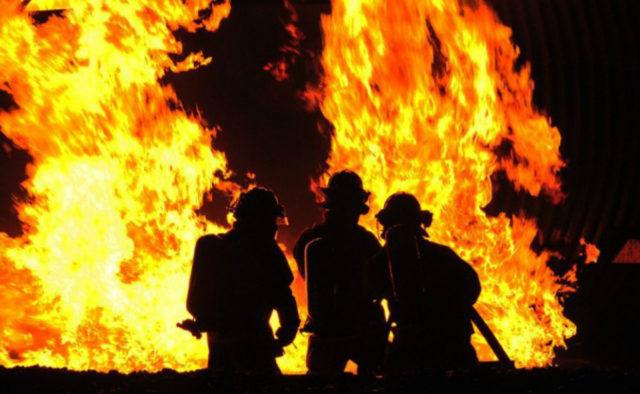 Никого не удалось спасти! Мощный пожар вспыхнул в Киеве. Вырезали двери