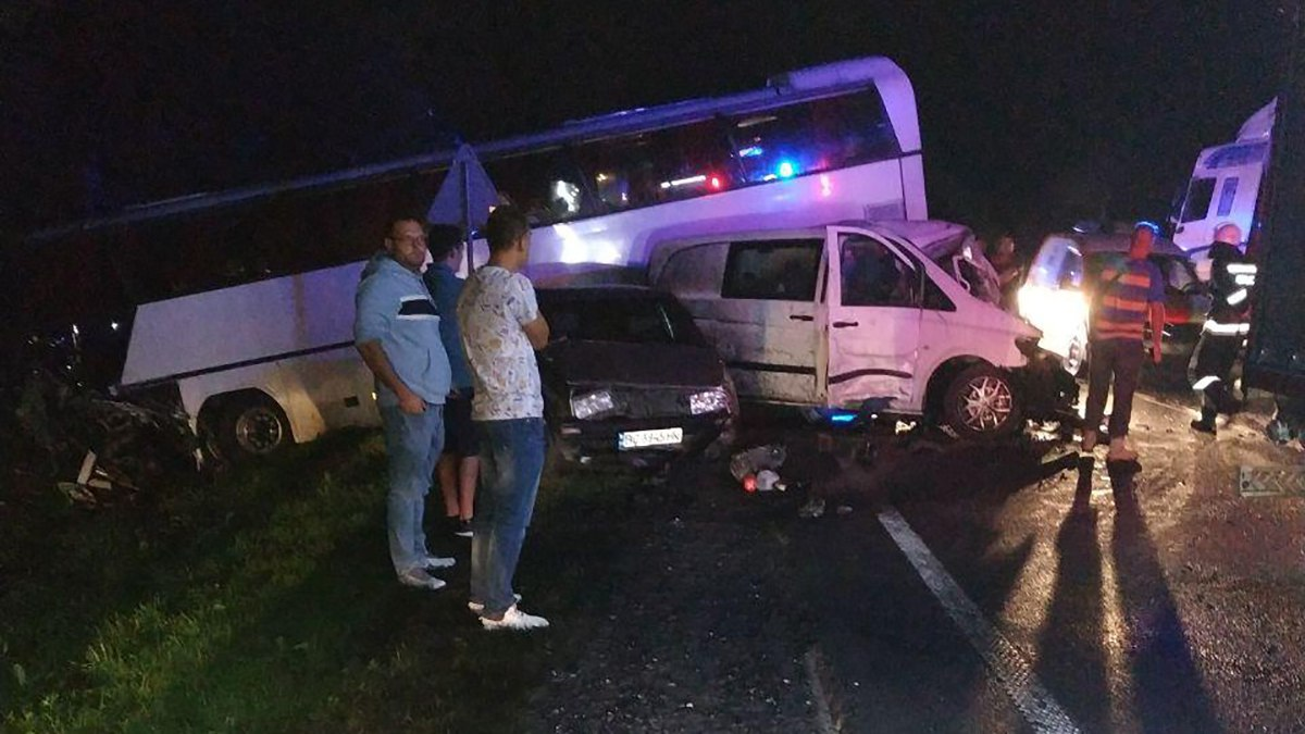 «Водитель погиб на месте, детей госпитализировали»: На Львовщине легковушка влетела в автобус, полный пассажиров-школьников