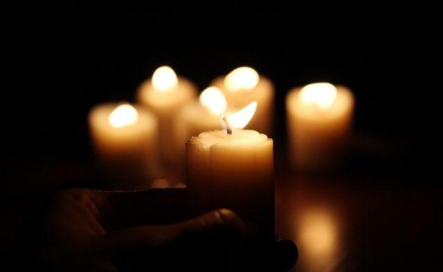 «Всего пару дней не дожил до …»: Скоропостижно скончался известный певец-любимец миллионов