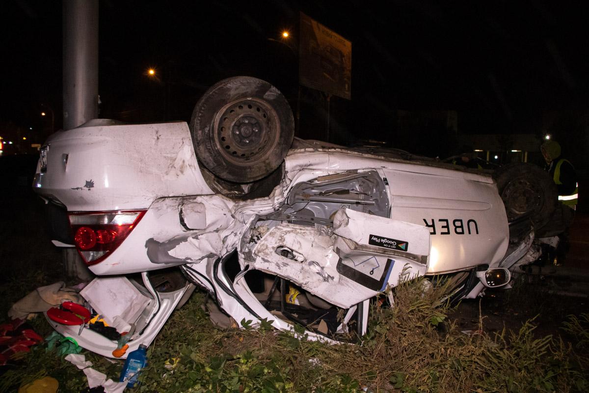 Вылетел с дороги и перевернулся на крышу: в Киеве произошло жуткое ДТП с автомобилем такси
