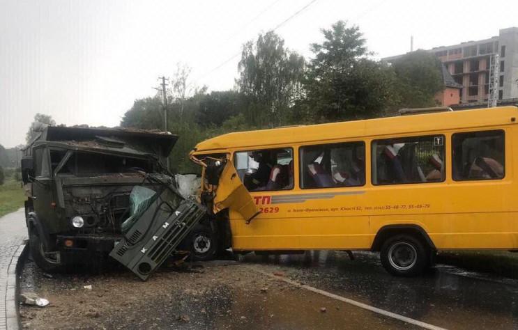 От удара переднюю часть раздробило: Под Львовом маршрутка с людьми влетела в грузовик