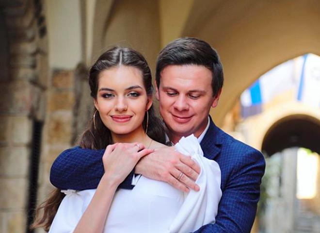 Супруга Комарова поразила откровенным нарядом на неделе мод