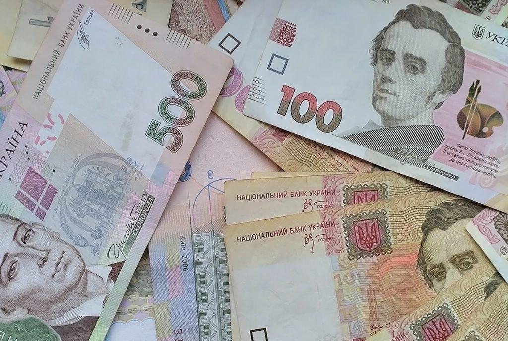 Гривна снова бьет рекорды: курс доллара и евро на сегодня