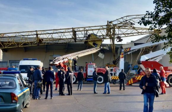 Во Львове строительный кран упал на один из супермаркетов. Есть пострадавшие