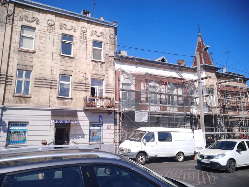 #СадовийвідремонтуйЛьвів: Аварийный фасад дома возле детской библиоткы. Пока не случилась беда