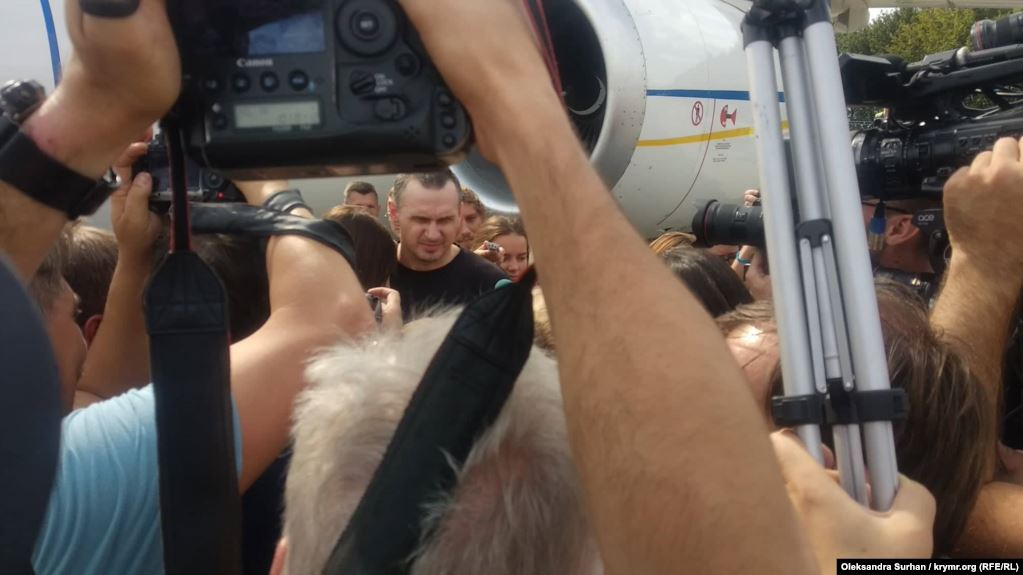 «У нас нет другого выбора. Слава Украине!»: После прибытия на Украину Олег Сенцов сделал первое заявление