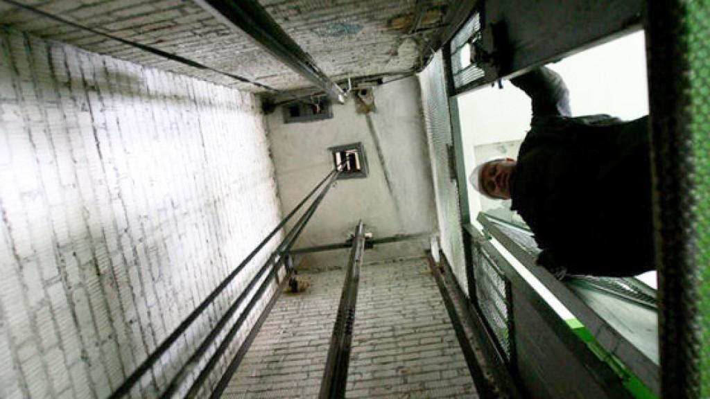Хотела придержать дверь: В Днепре 15-летняя девочка упала в шахту лифта