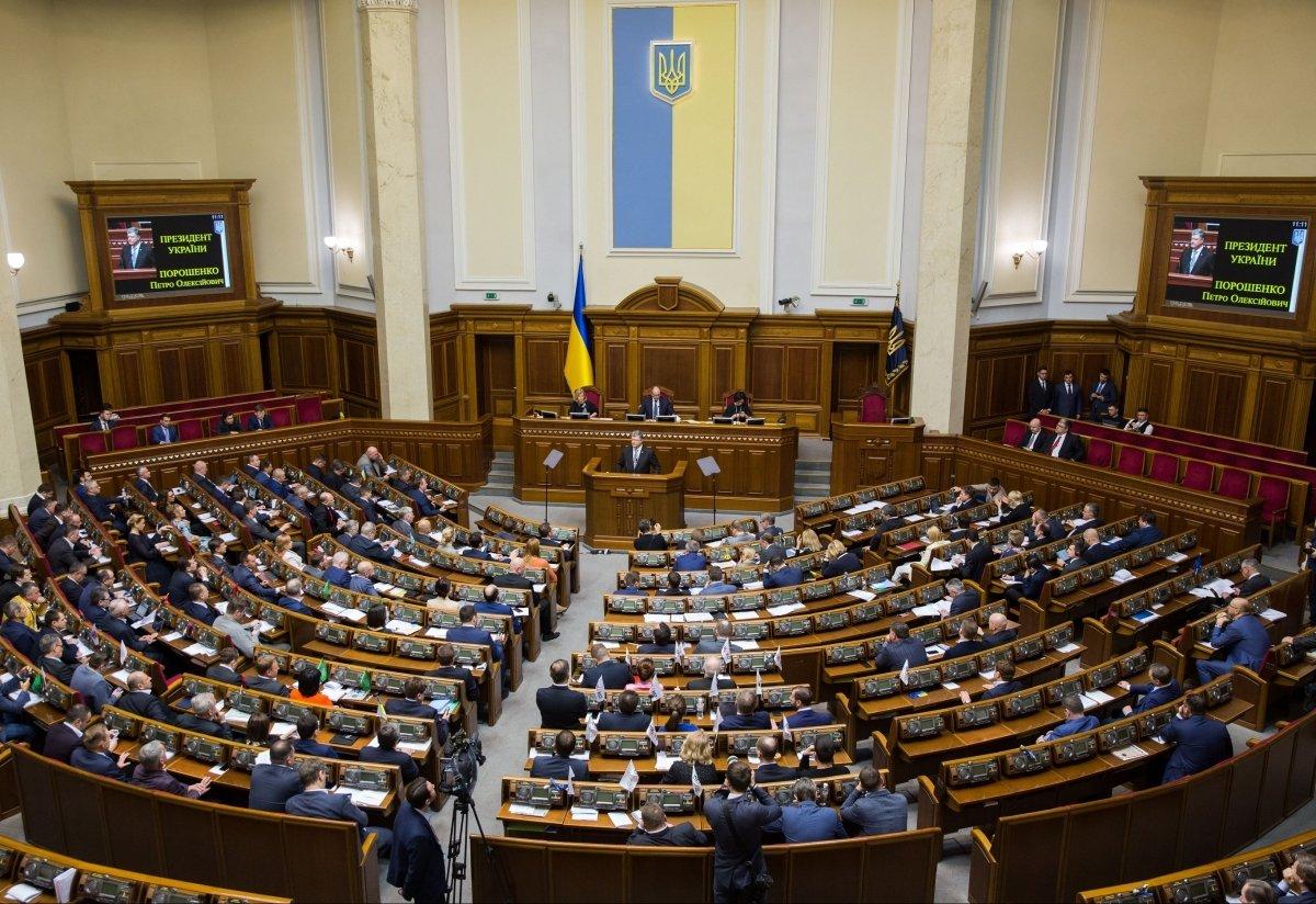 Каждому бы такого шефа: нардеп из «Слуги народа» просит квартиры в Киеве каждому помощнику. Их целых 8!