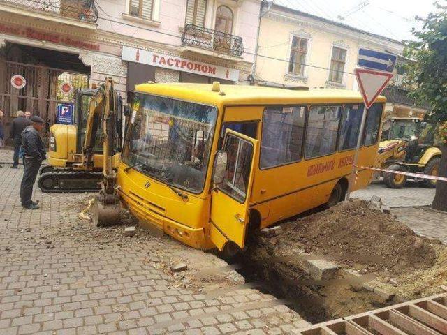 Школьники вжались в сидения: автобус на полной скорости попал в жуткое ДТП. Страшные кадры!