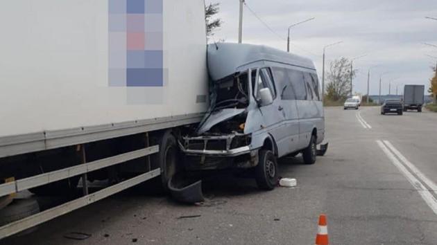 В салоне были дети! В Запорожье маршрутка на полной скорости влетела в грузовик. «Спасти не удалось»
