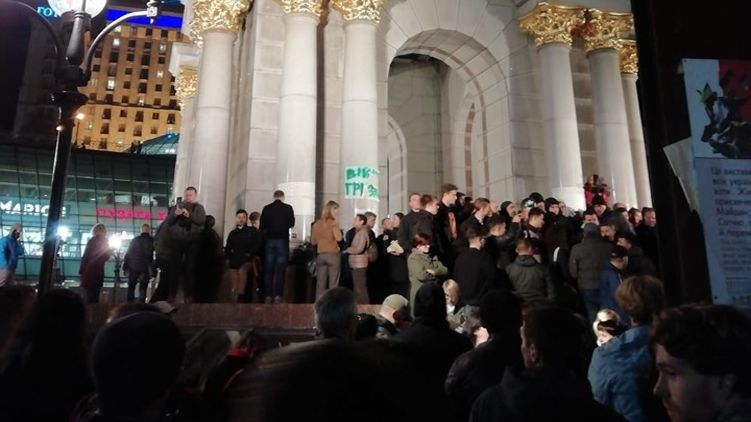 «Позор!»: Нацкорпус и сторонники Порошенко устроили разборки на Майдане во время митинга. Титушки?