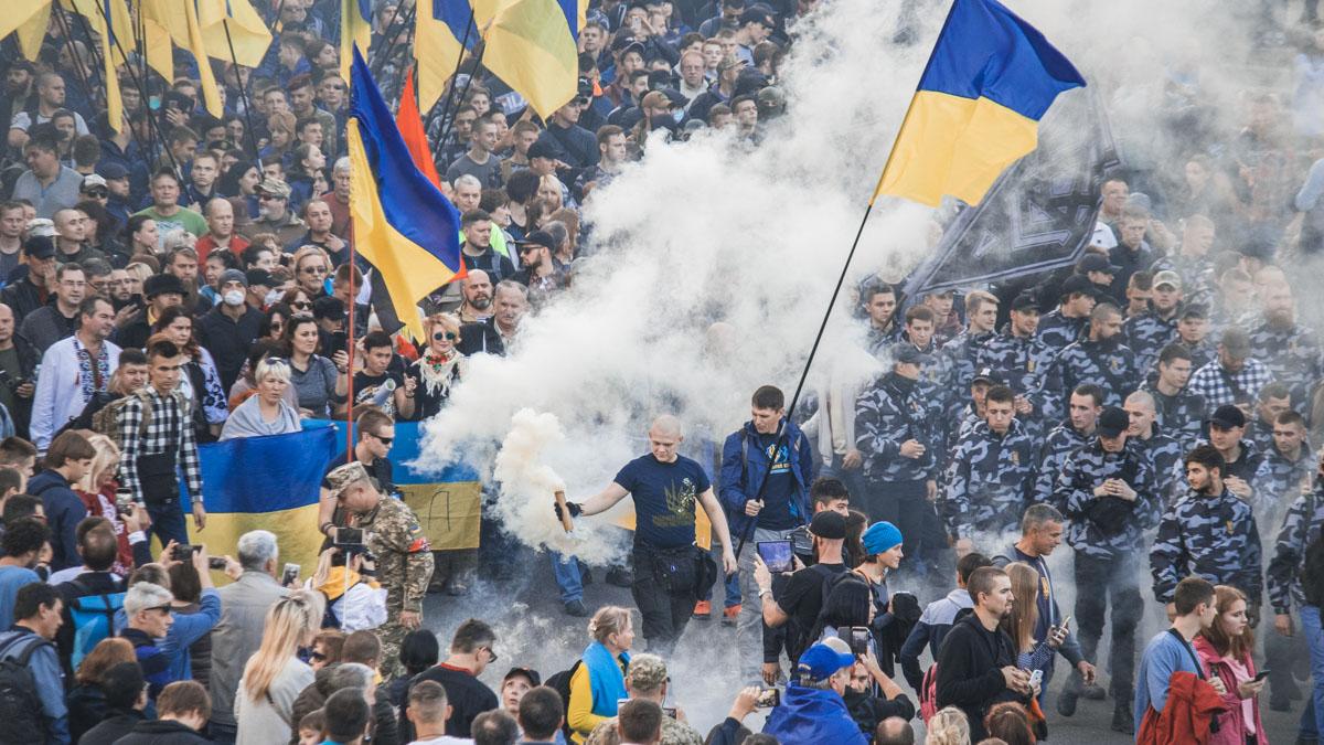 «Дым накрыл центр столицы»: В Киеве во время марша начались стычки. Зажигают файеры и раздаются взрывы