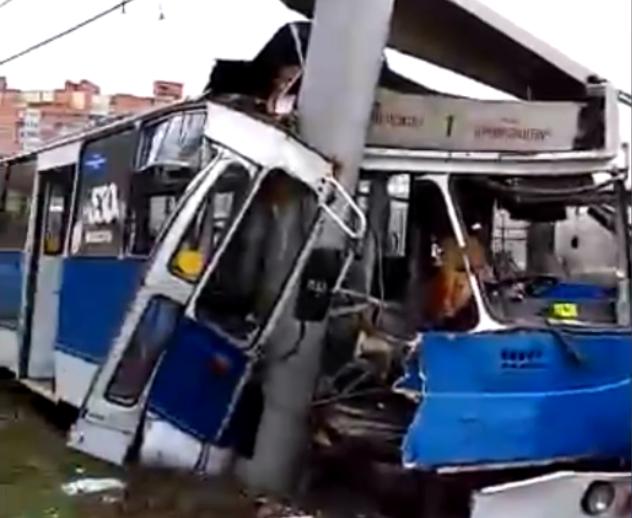 Троллейбус стал грудой железа: в страшном ДТП разбились десятки людей. На это невозможно смотреть!