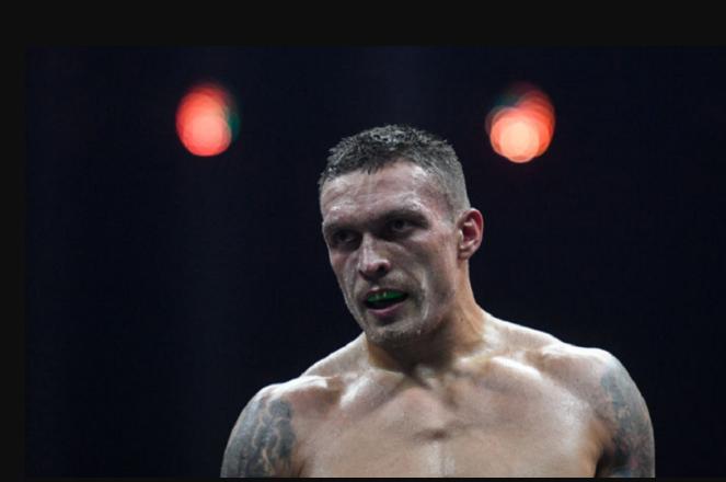 «Все-таки досталось!»: Усик впервые вышел на публику после феерической победы. Украинцы поражены видом спортсмена