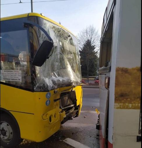 «Не успевают госпитализировать всех пострадавших»: подробности столкновения двух маршруток во Львове. Кто виноват?
