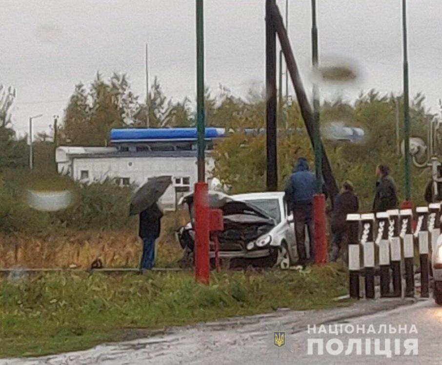 На шлагбаум было все равно: на Львовщине пьяный 19-летний водитель въехал в машину и столкнулся с поездом
