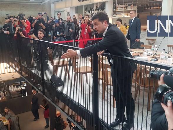 «Взобрался на стол и криком требовал разговора»: Неизвестный во время пресс-марафона Зеленского устроил громкий скандал