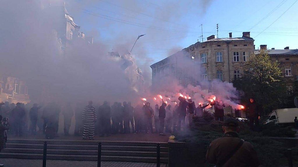Все в черном дыму: в центре Львова настоящая бойня. Горожане возмущенны действиями протестующих