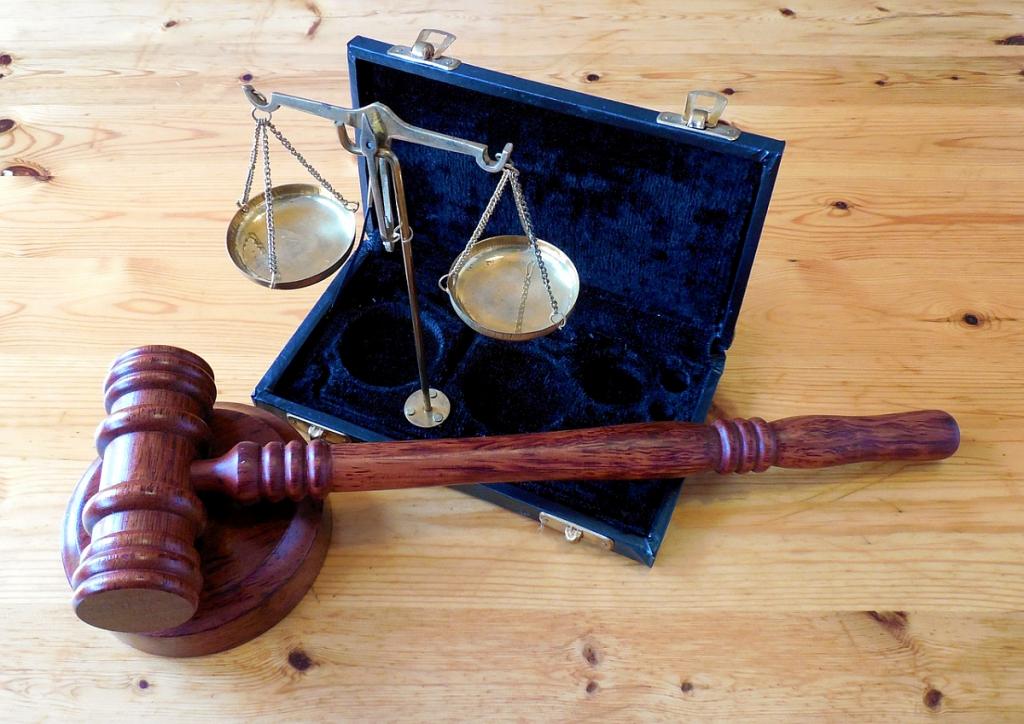 Бросался на судью, угрожал расправой: бывший правоохранитель устроил сцену в суде. Разбил телевизор