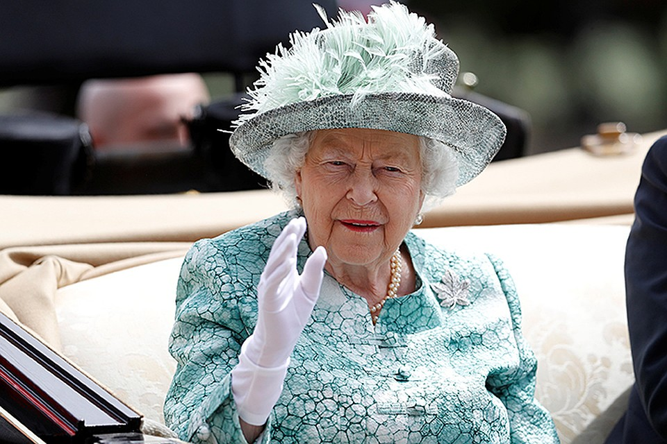 «Не спорь со мной, я королева»: Елизавета II дала пощечину своему племяннику. Известный певец не стал молчать