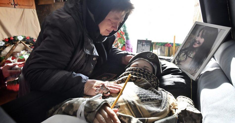«Какая боль …» В Миргороде похоронили 36-летнюю военную Ярославу Никоненко. Мать почернела от горя