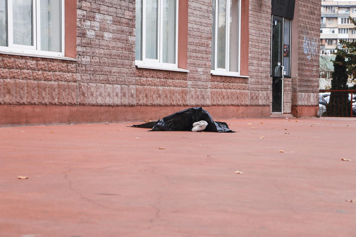 Чтобы прекратить страдания: В Киеве смертельно больная женщина выбросилась из окна на глазах у собственного сына