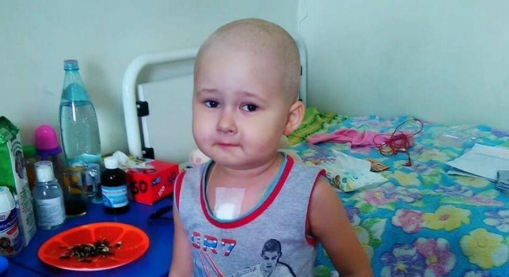 Воспаление десен у Миши оказалось раковой опухолью, с которой малышу приходится бороться